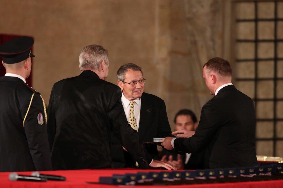 Prezident Miloš Zeman udělil medaili Za zásluhy Elišce Junkové-Khásové (28. 10. 2019)