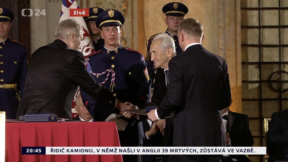 Prezident Miloš Zeman udělil medaili Za zásluhy Janu Mašátovi (28. 10. 2019)