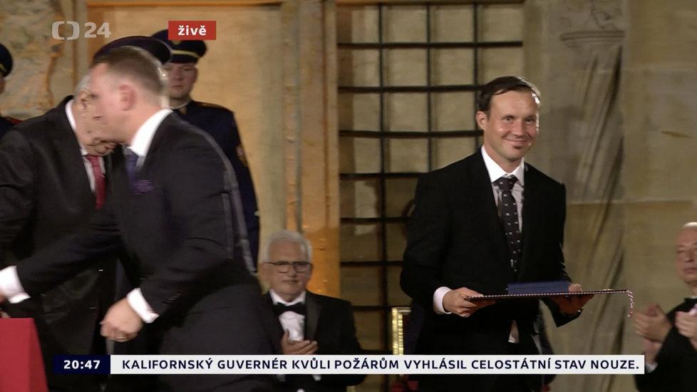 Prezident Miloš Zeman udělil medaili Za zásluhy Liboru Podmolovi (28. 10. 2019)
