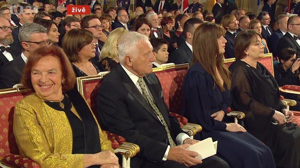 Manželé Klausovi a Kateřina Zemanová s maminkou Ivanou ve Vladislavském sále během předávání státních vyznamenání 2019