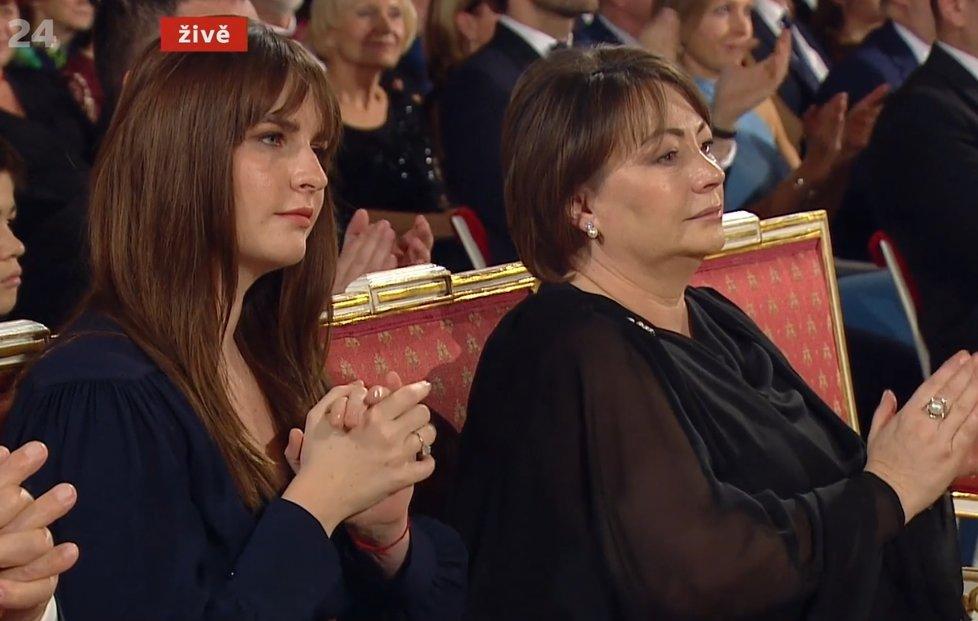 Kateřina Zemanová s maminkou Ivanou v první řadě během státních vyznamenání 2019
