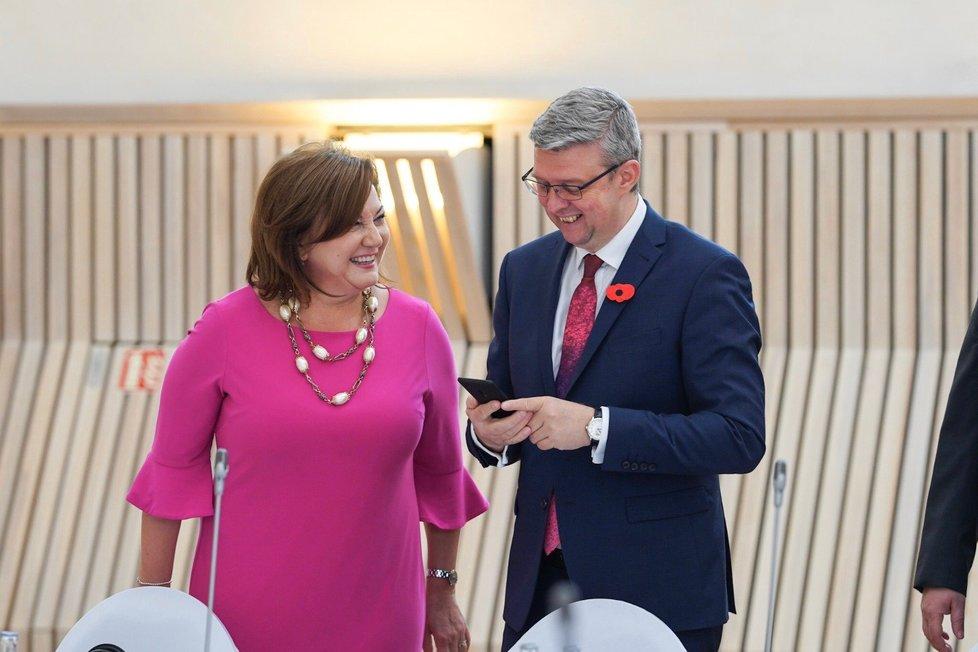 Česká a slovenská vláda ve Valticích: Alena Schillerová vytáhla oblíbené růžové šaty.