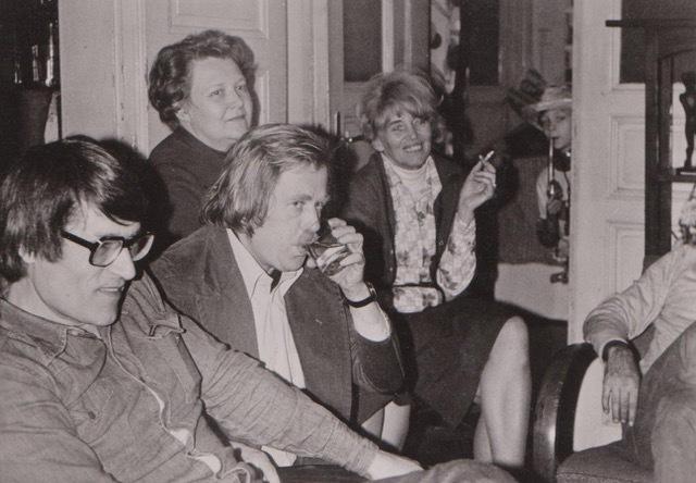 Ilegální filozofické semináře tzv. podzemní univerzity v bytě Tominových před rokem 1989. Vlevo organizátor Julius Tomin, po jeho levici Václav Havel.