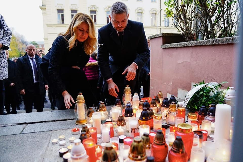 Slovensko si připomíná oběti tragické dopravní nehody u Nitry. Zde vyjádřila soustrast a pokoru slovenská prezidentka společně s premiérem.