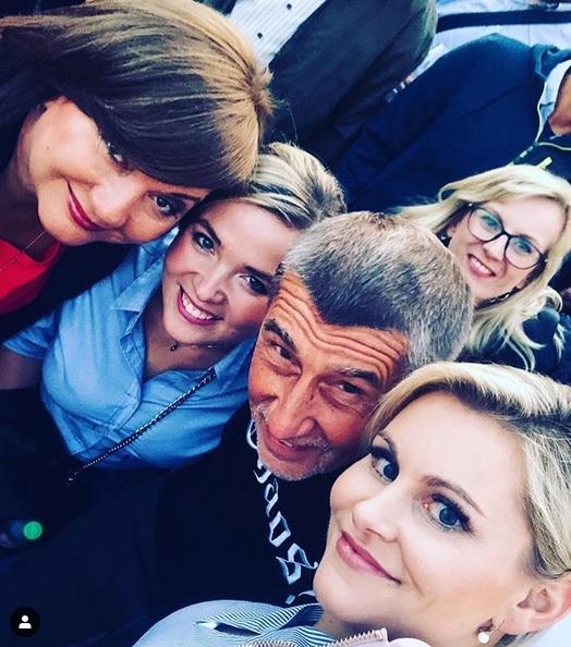 ANO selfie: Zleva Alena Schillerová, poslankyně Monika Oborná, Andrej Babiš a exministryně Taťána Malá