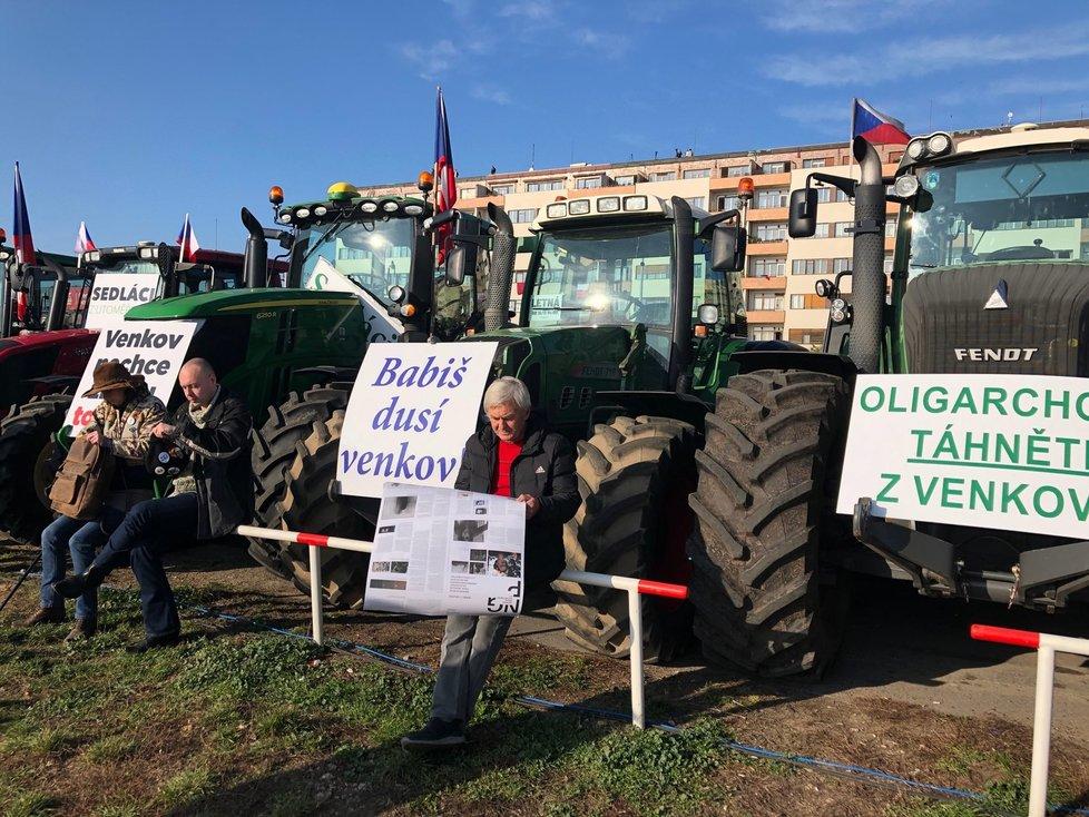 Na transparentech u traktorů se objevila i premiérova památná báseň Motýle, (16.11.2019).