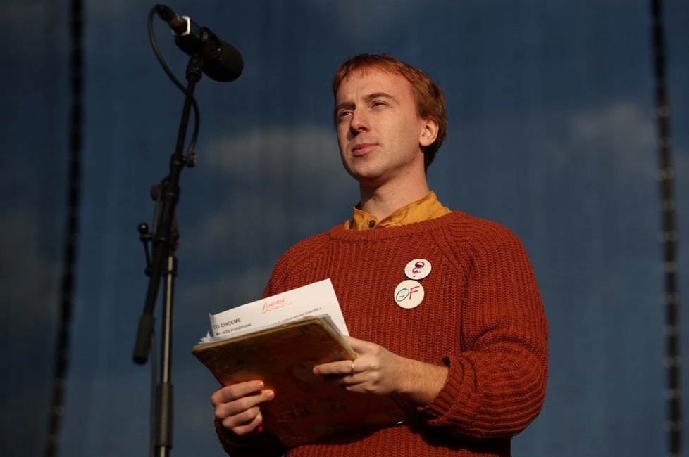 Předseda spolku Milion chvilek Mikuláš Minář během letenské demonstrace spojené s 30. výročím sametové revoluce (16. 11. 2019)