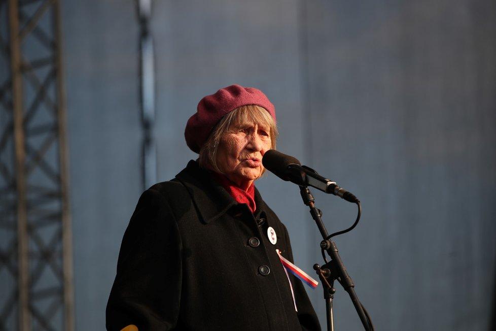 Disidentka komunistického režimu a jedna z prvních signatářek Charty 77 Dana Němcová během letenské demonstrace spojené s 30. výročím sametové revoluce (16. 11. 2019)
