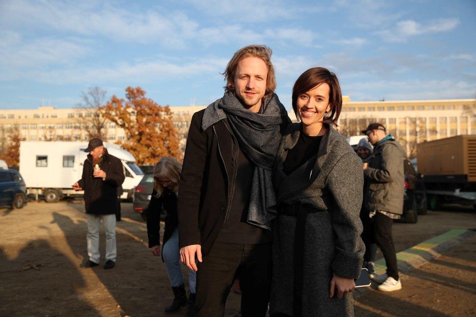 Hudebník Tomáš Klus s manželkou Tamarou během letenské demonstrace spojené s 30. výročím sametové revoluce (16. 11. 2019)