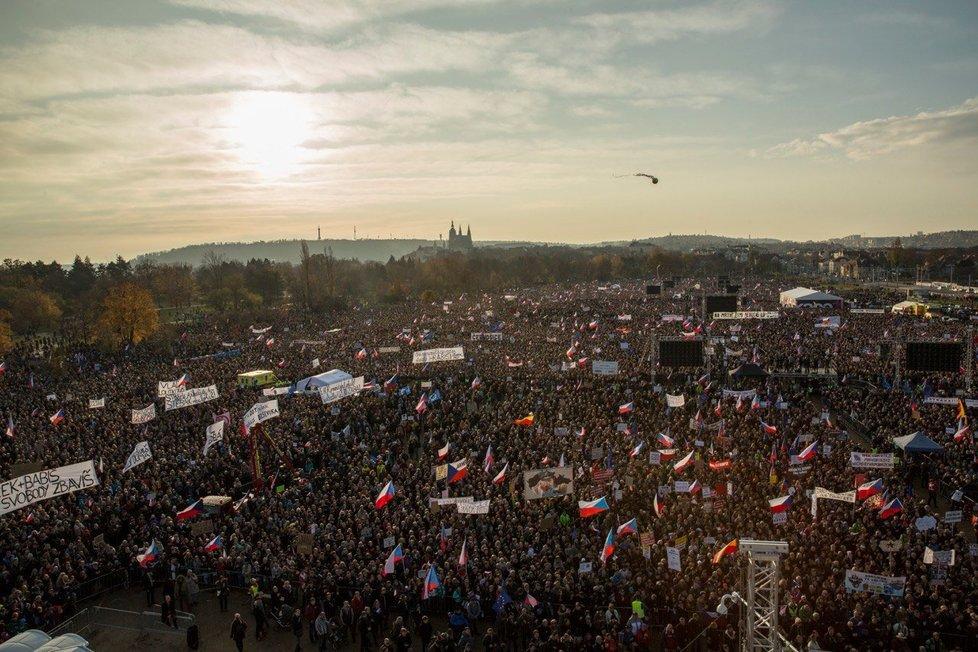 Demonstrace na Letné se zúčastnilo 300 tisíc lidí, tvrdí spolek Milion chvilek pro demokracii (16. 11. 2019)