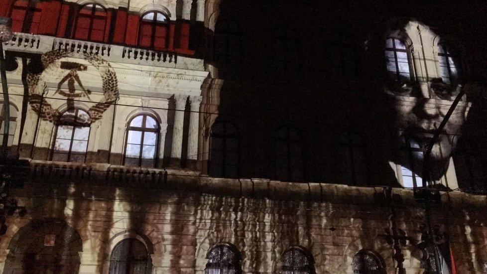 Unikátní videomapping na budovu Akademie věd ČR představil klíčové okamžiky českých dějin.