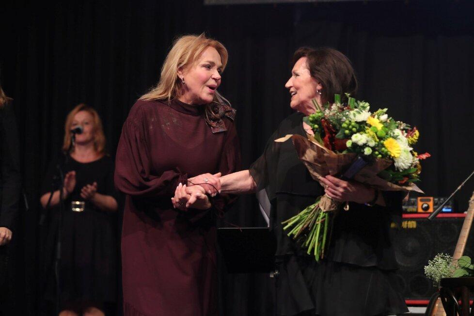 Marta Kubišová na poslední koncertu přijímá gratulace od Dagmar Havlové (16. 11. 2019)