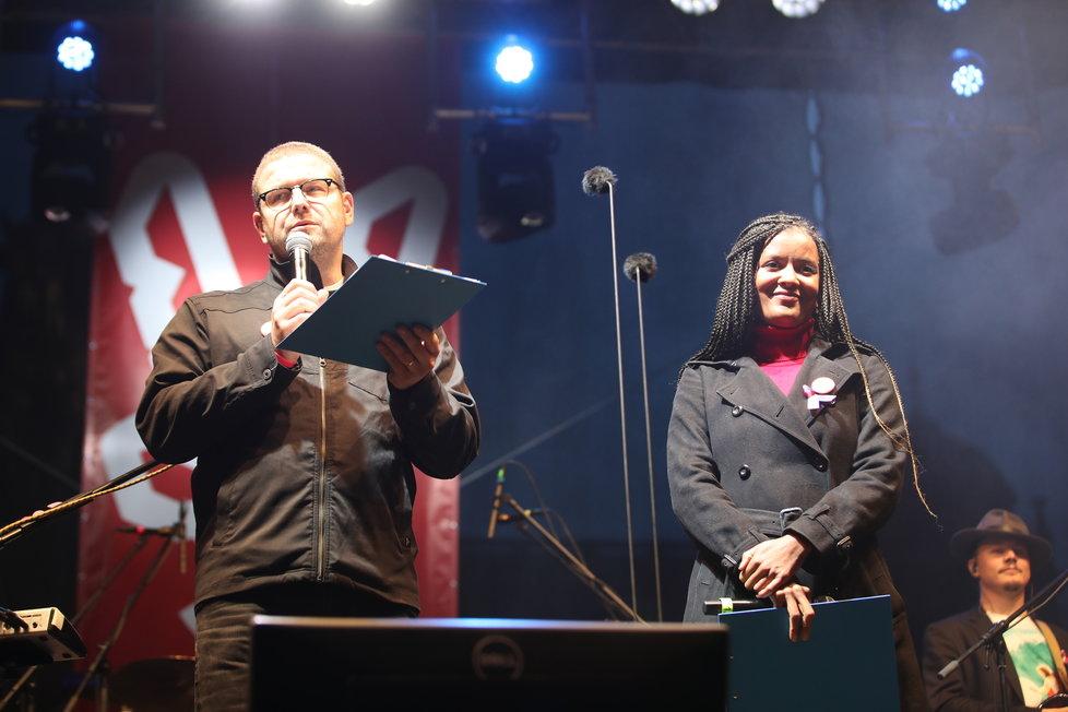 Koncert na Václavském náměstí zahájilo úvodní slovo.