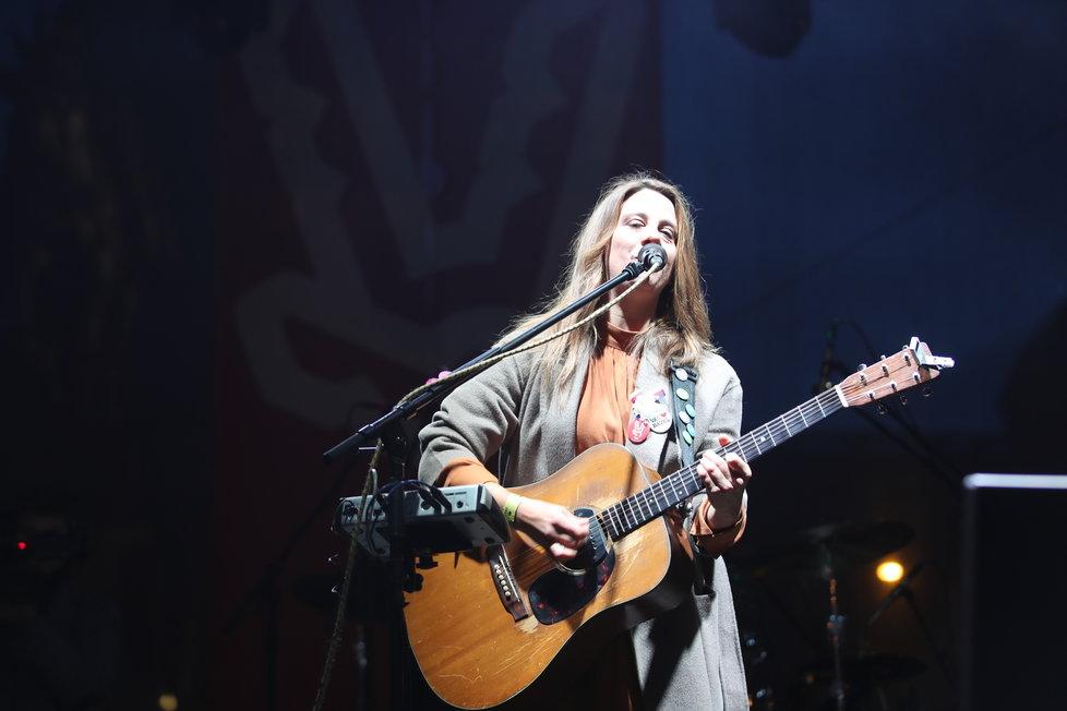 Koncert na Václavském náměstí, jako první vystoupila zpěvačka Aneta Langerová.
