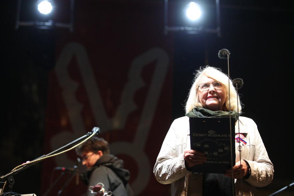 Zpěvačku Langerovou na pódiu vystřídala novinářka Lída Rakušanová.