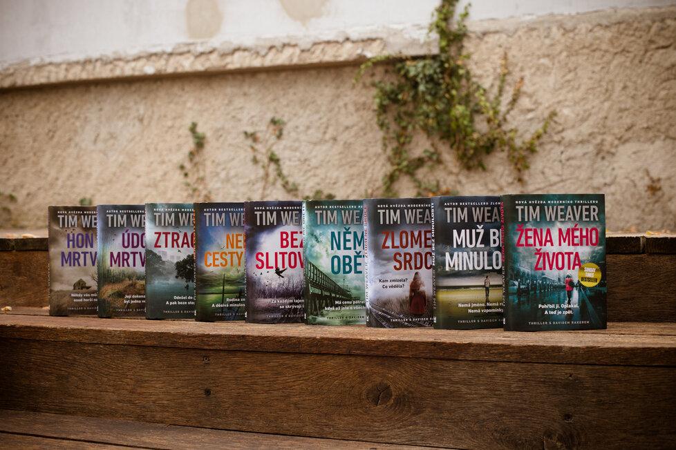Spisovateli Timu Weaverovi (42) v Česklu vyšlo zatím devět příběhů s Davidem Rakerem, po desátém si i čtenáři dají pauzu u právě dokončovaného románu s novými hrdiny.