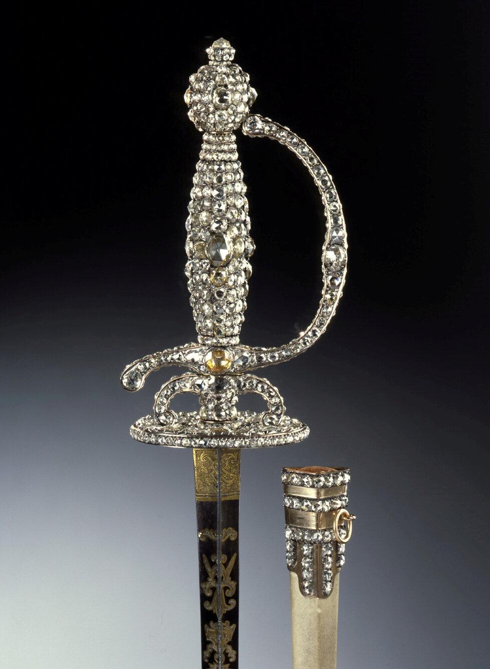 Jedním z nejcennějších ukradených předmětů je zdobený kord.