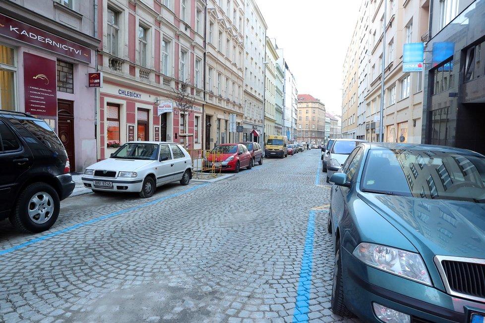 Od 28. dubna od 00:00 hod. už řidiči budou muset platit za parkování v parkovacích zónách. V Praze to ale z nařízení primátora neplatí.