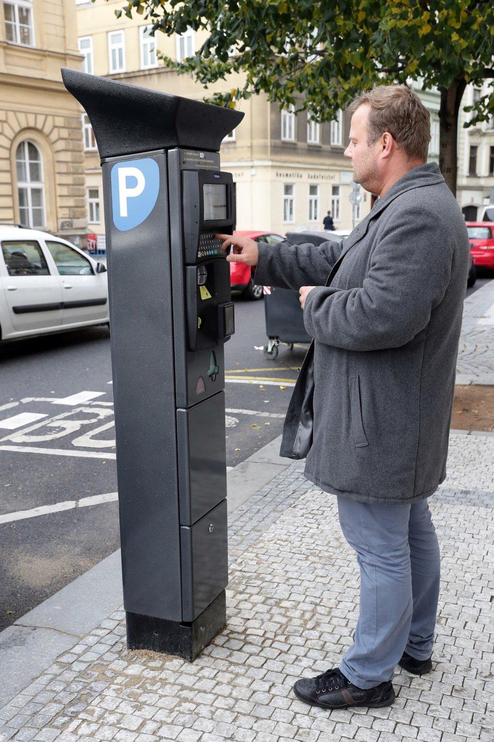 Od 28. dubna od 00:00 hod. už řidiči budou muset platit za parkování v parkovacích zónách nejen v Praze. To bylo kvůli pandemii koronaviru dočasně zrušené.