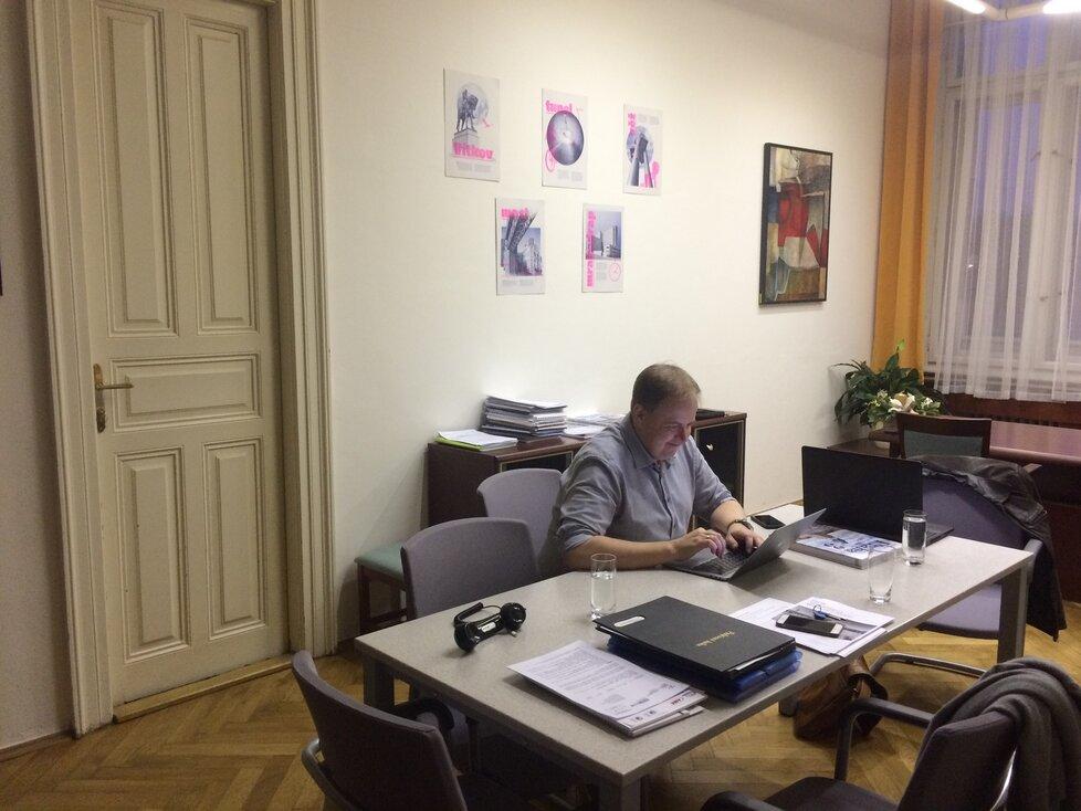 Ačkoliv má pracovní počitač u stěny, mnohem raději sedává starosta u pracovního stolu vprostřed místnosti, kde pracuje na svém notebooku. Ten si zpravidla vozí s sebou kamkoliv to jde.