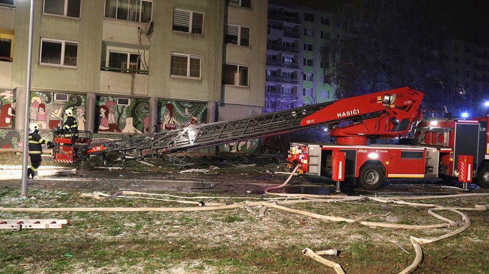 Záběry z nočního zásahu po výbuchu paneláku v Prešově