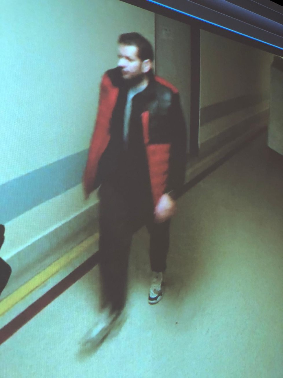 Policie uveřejnila nové fotografie podezřelého muže.