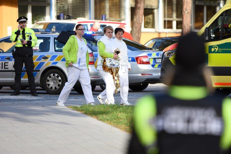 Šest mrtvých a dva zranění jsou po ranní střelbě ve Fakultní nemocnici v Ostravě. Policie evakuovala prostor polikliniky.