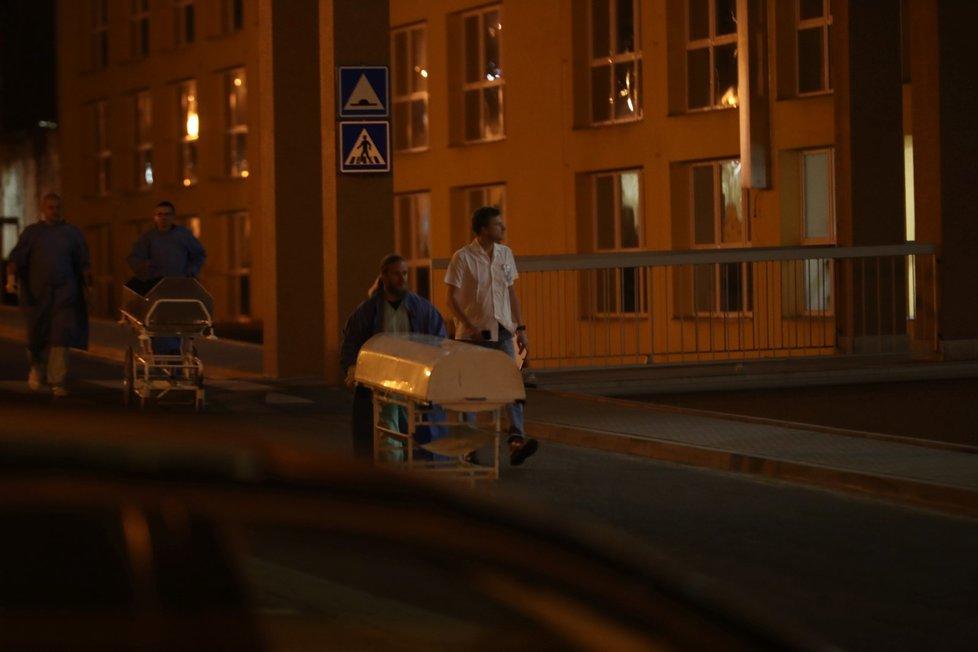 Zdravotníci vyváží z nemocnice rakve s oběťmi střelby.
