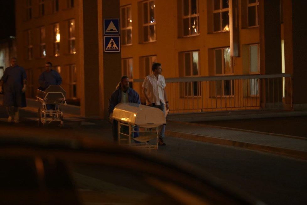 Doktoři vynášejí z nemocnice rakve.