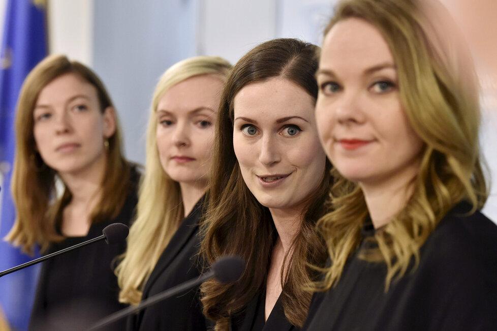 Finská premiérka Sanna Marinová s vládními kolegyněmi Li Andressonovou, Marií Ohisalovou a Katri Kulminiovou