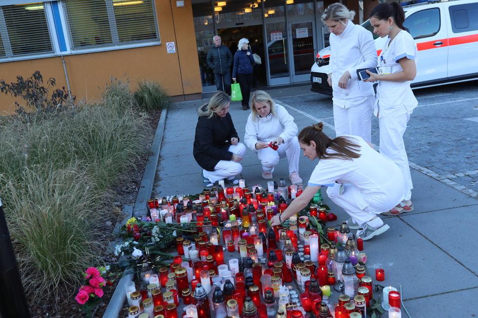 Sestřičky z ostravské nemocnice zapalují na pietním místě svíčky za oběti střelby.