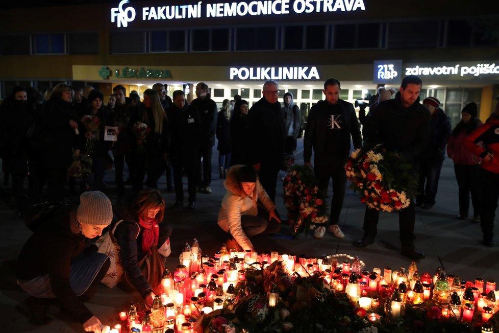 Lidé před nemocnicí pokládali svíčky a věnce.