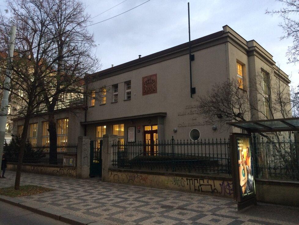 Knihovna v Korunní je jednou z vůbec prvních funkcionalistických staveb v Praze.