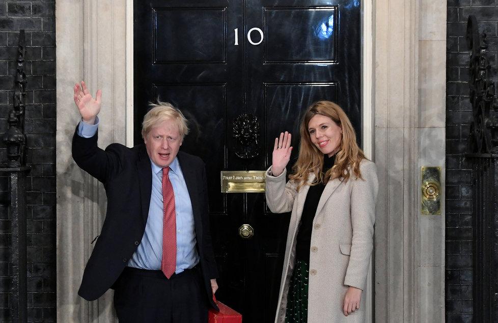 Britský premiér Boris Johnson s partnerkou Carrie Symondsovou.