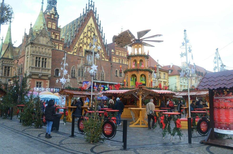Středem vánočního trhu ve Vratislavi je tento asi osm metrů vysoký mlýn, který je zároveň stánkem s nápoji.
