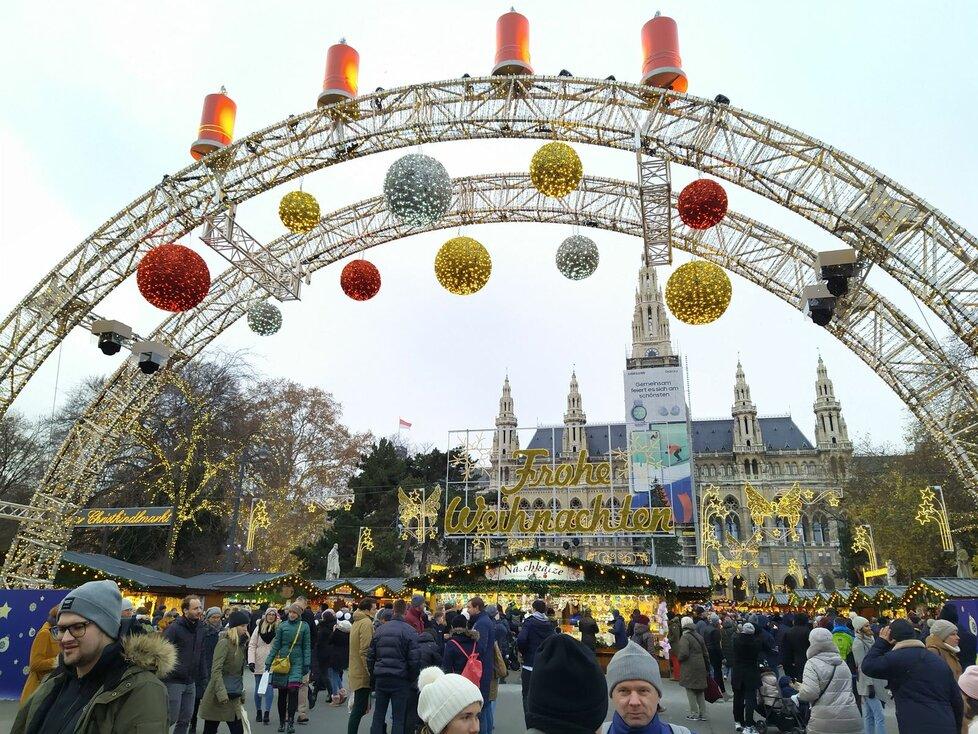 Kouzelná atmosféra na adventním trhu před vídeňskou radnicí. K dispozici je 150 stánků, kluziště a záplava dobrot.