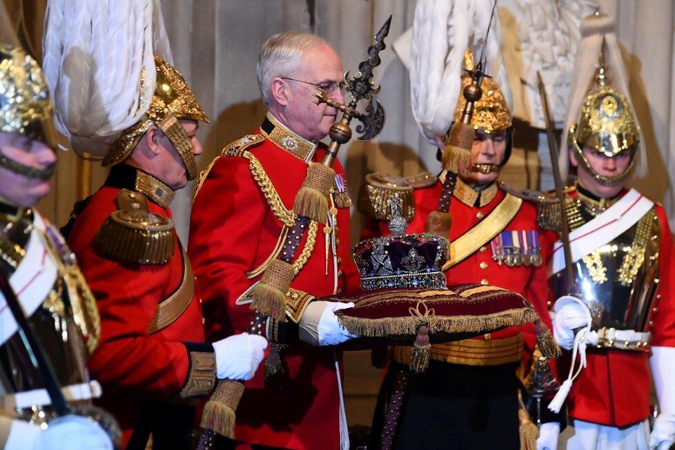 Královna Alžběta II. dorazila na tradiční čtení programu vlády na úvod schůze parlamentu. Nechyběla ani koruna (19. 12. 2019).