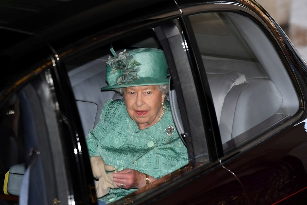 Královna Alžběta II. v autě cestou na tradiční čtení programu vlády na úvod schůze parlamentu (19. 12. 2019)