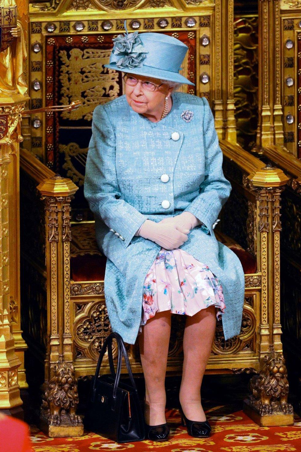 Královna Alžběta II. při tradičním čtení programu vlády na úvod schůze parlamentu. Doprovodil ji princ Charles (19. 12. 2019).