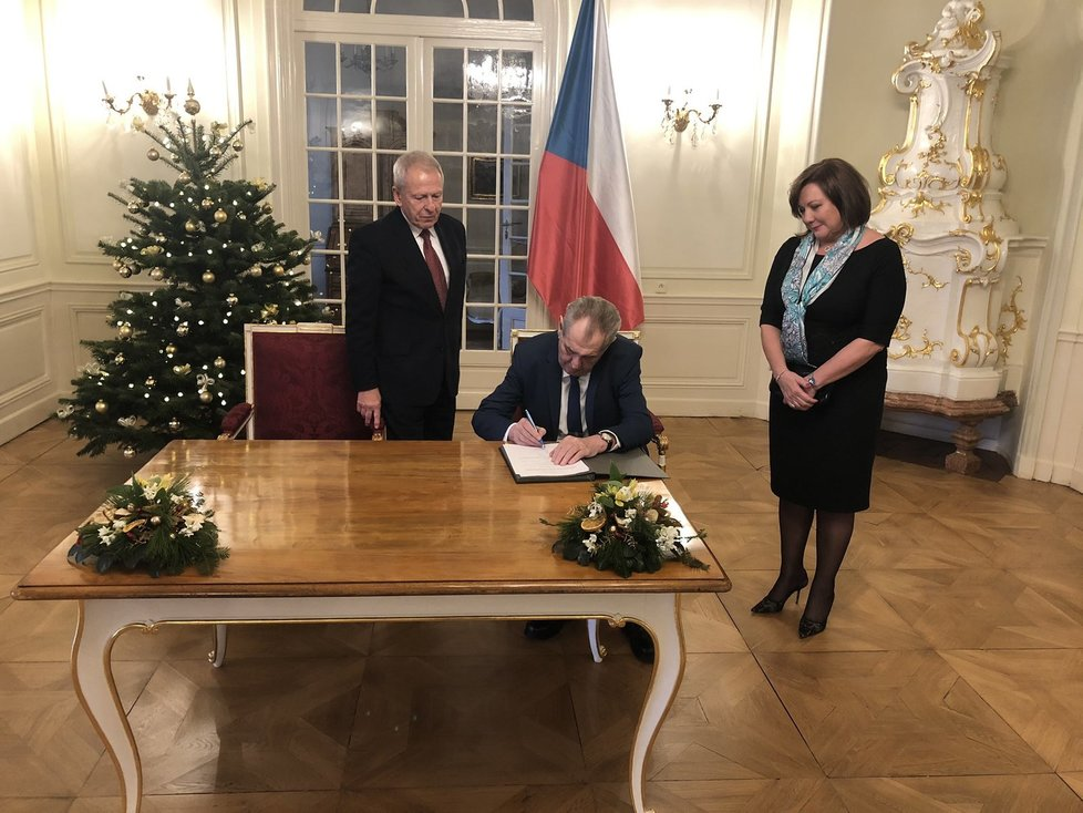 Prezident Miloš Zeman podepsal daňový balíček, ministryně financí Alena Schillerová (za ANO) byla u toho (19. 12. 2019).