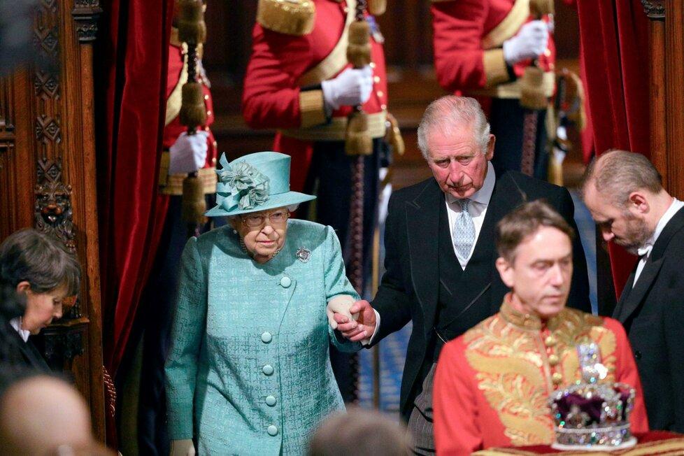 Královna Alžběta II. dorazila na tradiční čtení programu vlády na úvod schůze parlamentu. Doprovodil ji princ Charles (19. 12. 2019).