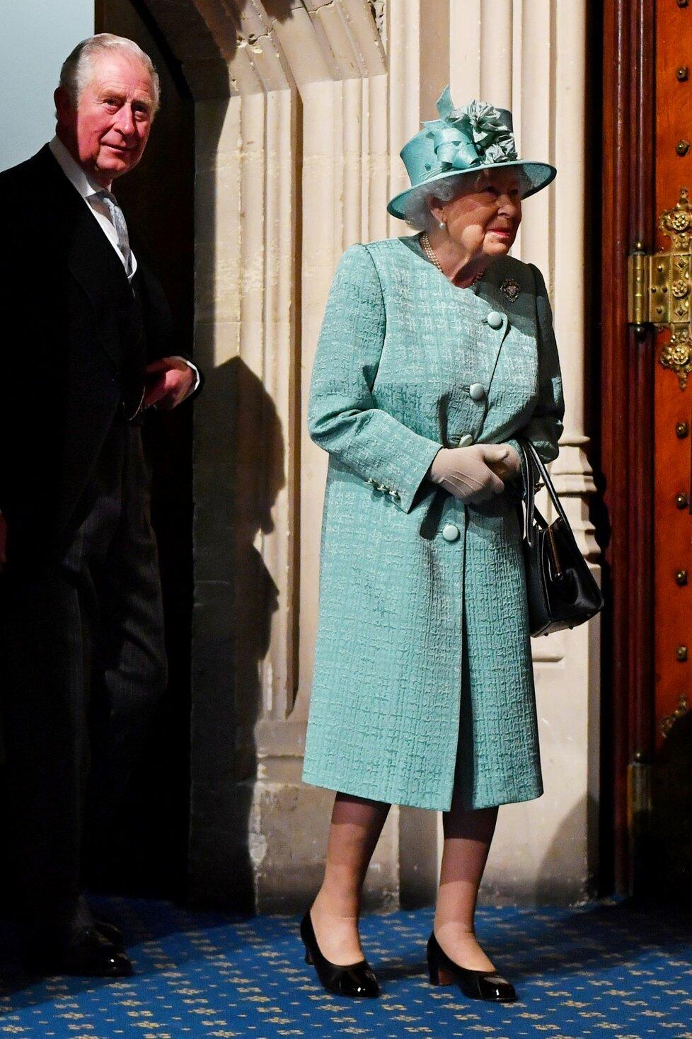 Královnu Alžbětu II. cestou za zákonodárci doprovodil princ Charles (19. 12. 2019).