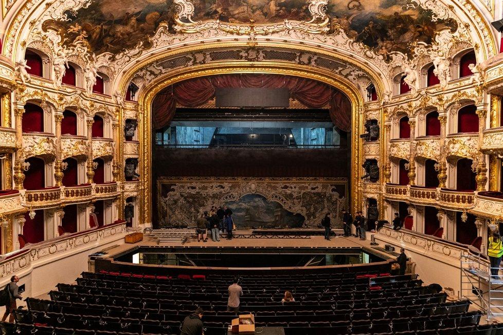 V opravené budově Státní opery Praha 19. prosince 2019 instalovali oponu.