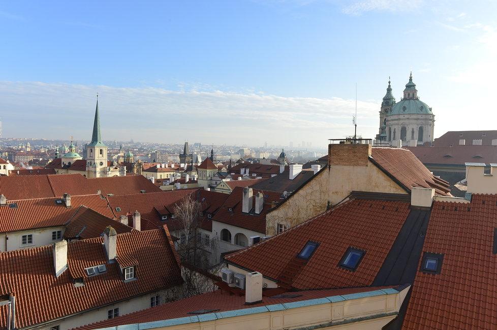 Takovýhle výhled má britský velvyslanec na Prahu.