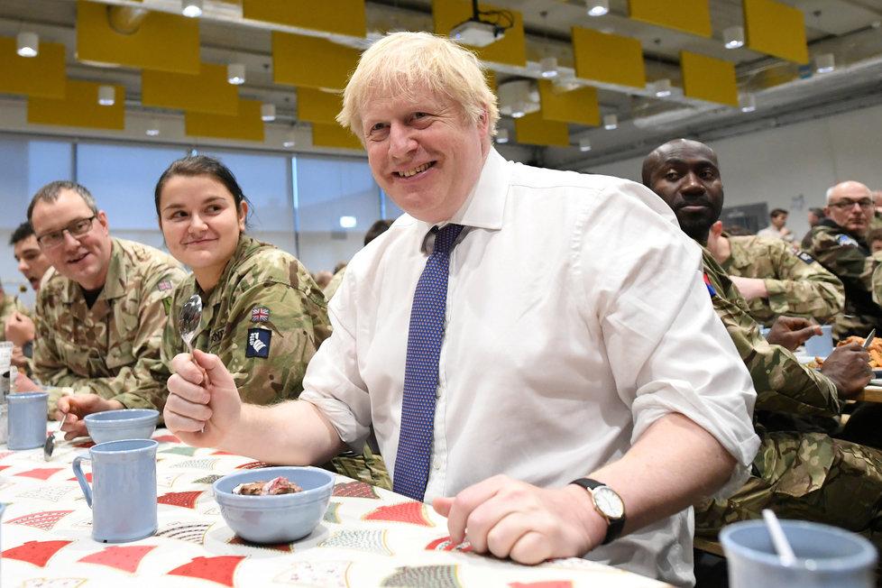 Britský premiér Boris Johnson podával vojákům na misi NATO v Estonsku vánoční oběd (21. 12. 2019).