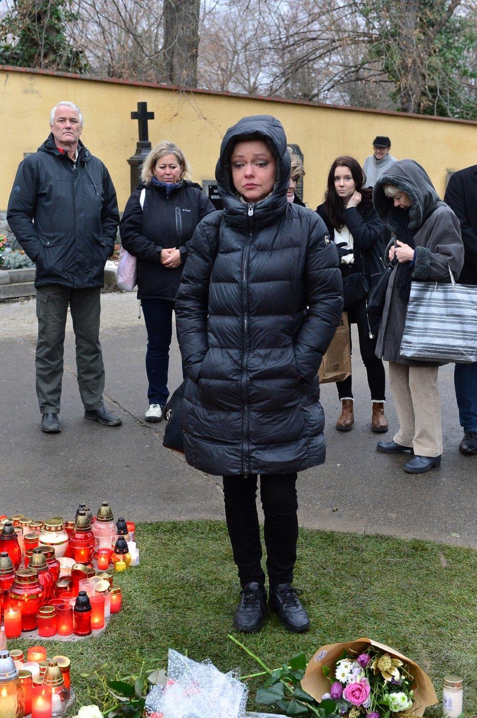 Dominika Gottová u hrobu Karla Gotta