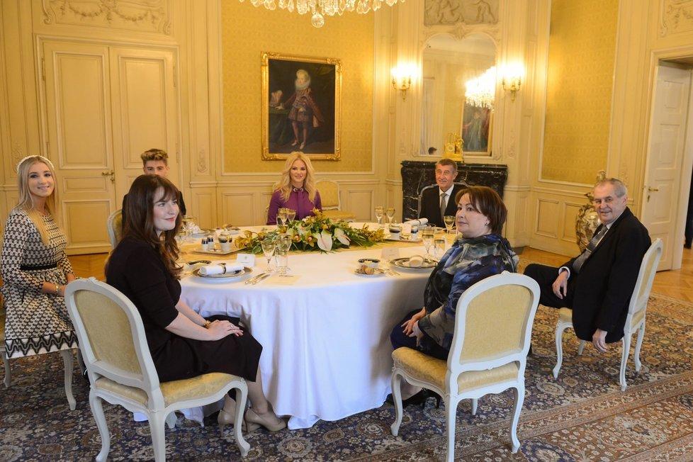 Rodiny prezidenta Miloše Zemana a premiéra Andreje Babiše u novoročního oběda v Lánech