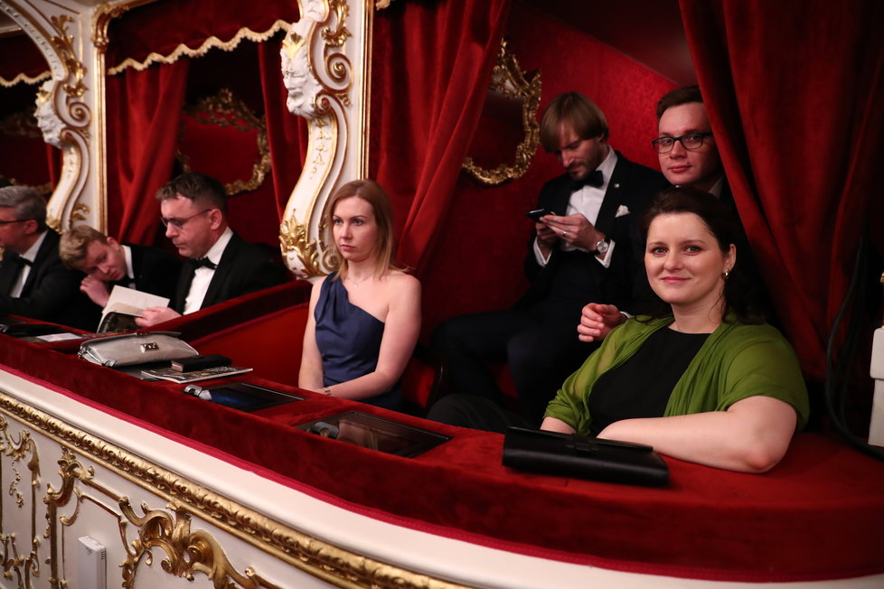 Jana Maláčová s manželem Alešem Chmelařem za zády usedla ve Státní opeře do lóže po boku manželky ministra zdravotnictví Adama Vojtěcha Olgy.