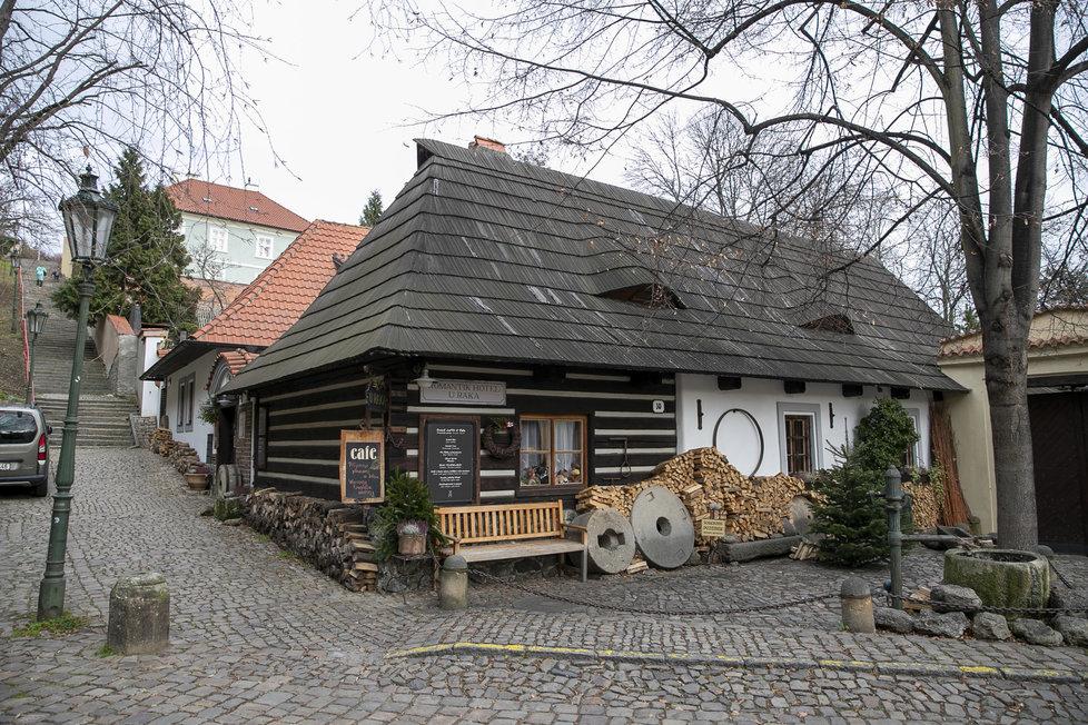 V této půvabné roubence jeden čas bydleli Arnošt Lustig a Ota Pavel.