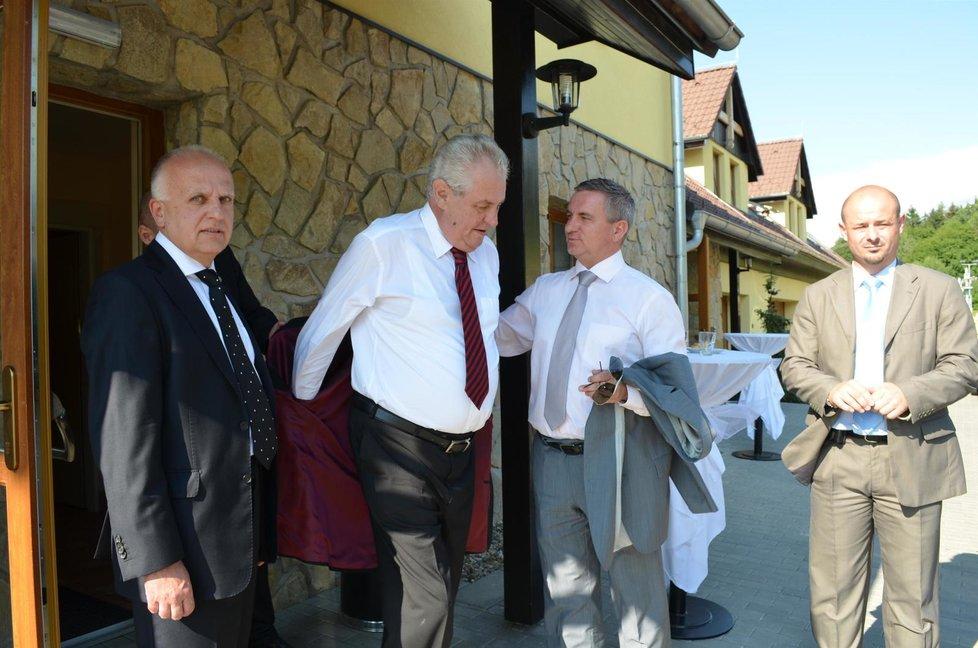 """Miloš Zeman v """"Mynářově"""" penzionu v Osvětimanech"""